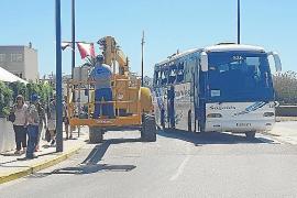 Una grúa golpea un autobús y causa cuatro heridos leves
