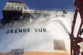Remolcan el carguero incendiado hacia Palma