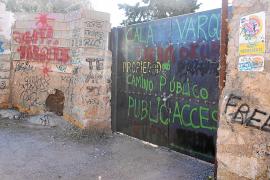 La barrera de acceso a Cala Varques, con pintadas