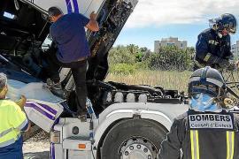 Sobresalto por el incendio de un camión en sa Joveria