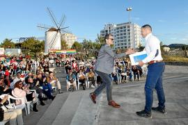 Pedro Duque arropa a Simón Planells en un mitin socialista en Sant Antoni