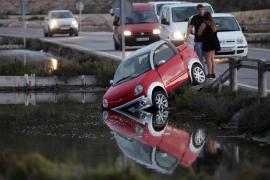 Dos coches caen a un canal de ses Salines