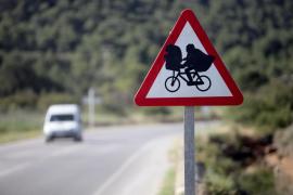 Customizan una señal en Ibiza con la imagen de E.T, el extraterrestre