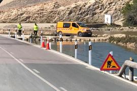 Instalan balizas en la carretera de ses Salines ante las últimas salidas de vía