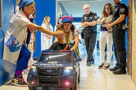 Dos coches de policía para reducir el estrés de los niños hospitalizados en Can Misses