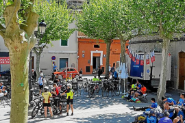 Ciclistas en la plaza de Bunyola