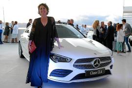 María Vidal junto al Mercedes CLA