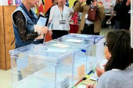 Aina Aguiló ejerce su derecho al voto en un colegio electoral de Palma