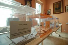 Urnas en un colegio electoral de Baleares