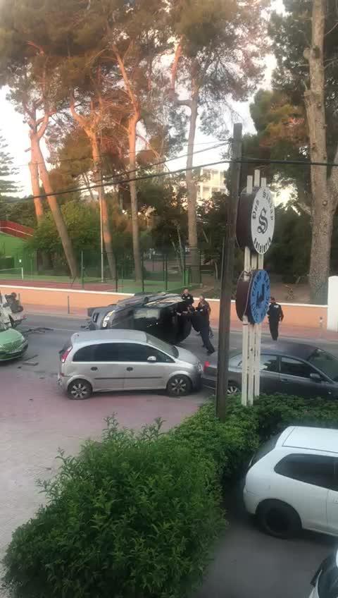 Aparatoso vuelco tras chocar contra varios coches estacionados en Sant Antoni