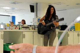 Azahar López animó con su música a los pacientes de Oncología