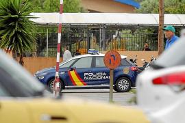 Vehículo policial en el colegio La Salle tras producirse la muerte