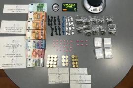 Dos detenidos, drogas y 10.000 euros intervenidos en un operativo policial en Platja d'en Bossa