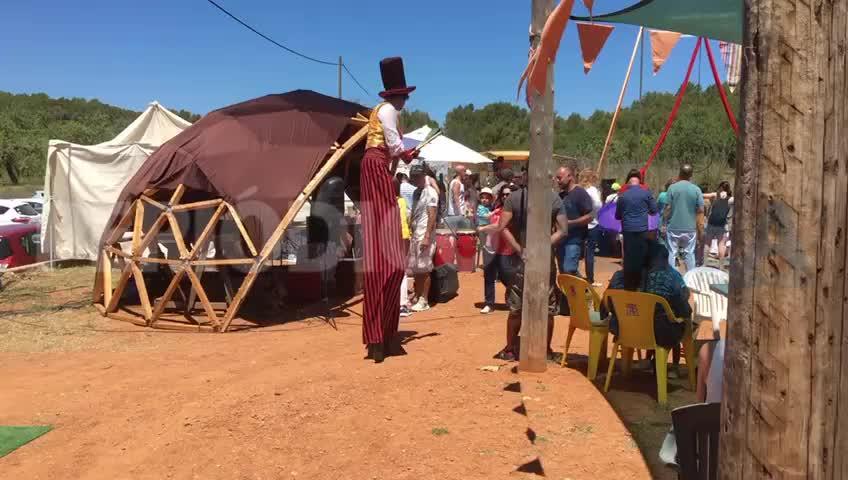 Las artes circenses 'toman' con alegría el Mercat de Forada