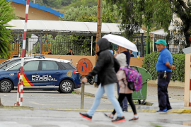 Coche de la policía en el centro escolar