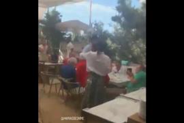 Rajoy protagoniza un momento gracioso en un restaurante de Formentera