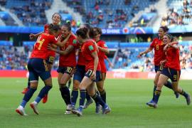Dos penaltis alivian a la selección española