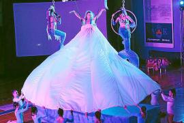 'Alicia en el país de las maravillas' llena la isla de color y acrobacias