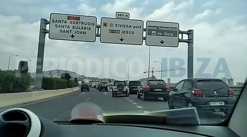 Atascos en los principales accesos a la ciudad de Ibiza