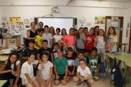 Alumnos del CEIP Guillem de Montgrí entregan su donativo a la AECC Ibiza