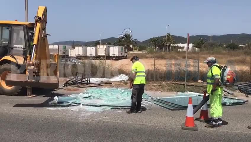 Un camión pierde su carga de cristales en Ibiza