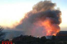 El incendio de Tarragona sigue activo