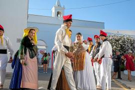 La cultura y la tradición llenan de colorido y ritmo el Mercado Artesanal de Sant Miquel