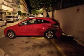 Un coche se da a la fuga después de embestir a otro vehículo aparcado en Sant Antoni
