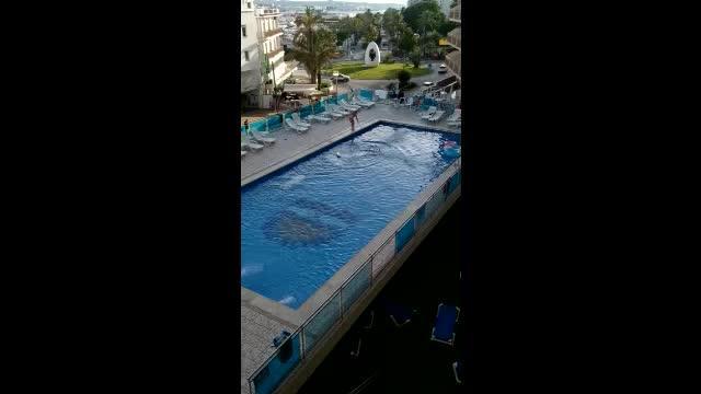 VIDEO | Tarde de furia en una piscina de Sant Antoni
