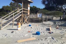 Sant Josep apuesta por la concienciación ciudadana para mantener las playas limpias