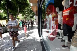 El primer día de las rebajas de verano en Ibiza, en imágenes (Fotos: Daniel Espinosa).