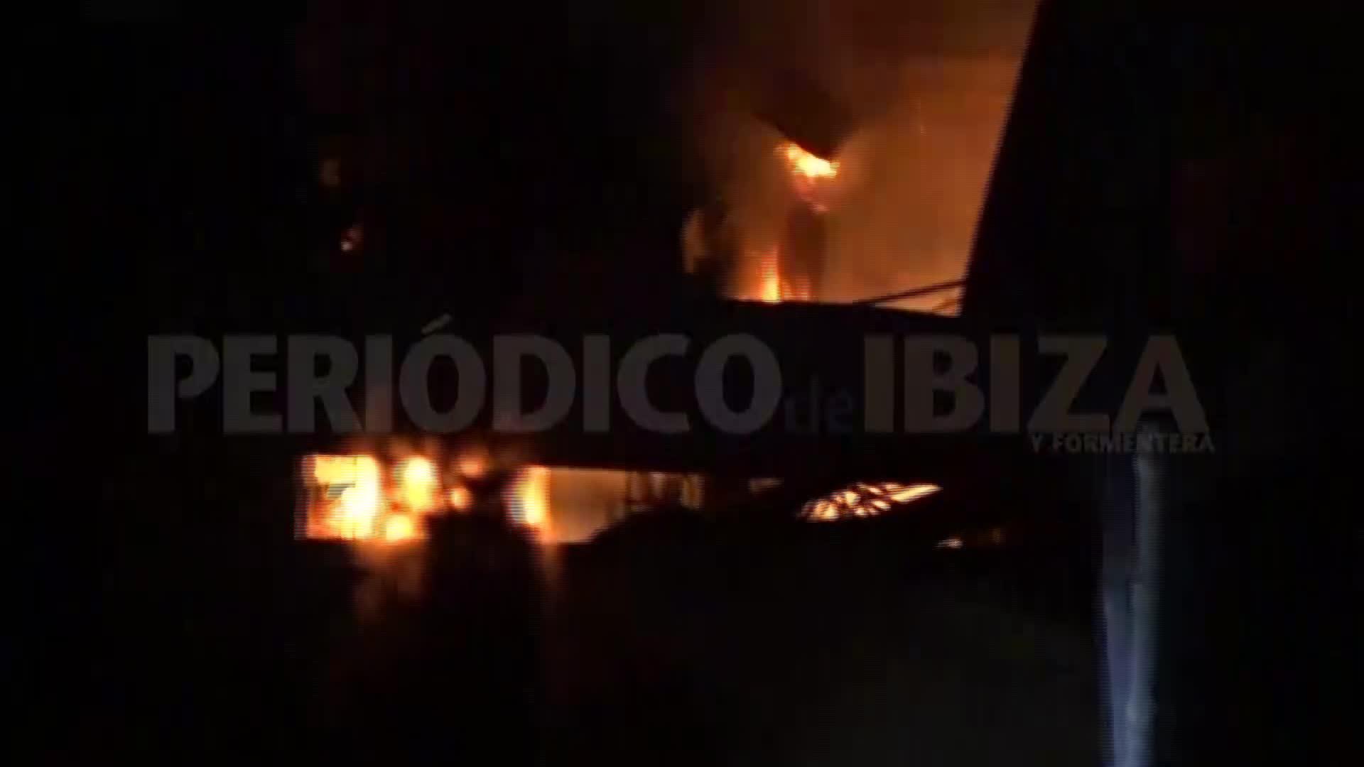 Vídeo | Incendio en una parcela industrial en Ca na Negreta