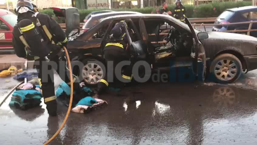 Arde un coche aparcado en la ciudad de Ibiza