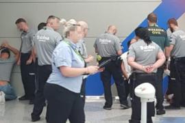 Momento en el que vigilantes de Trablisa y guardias civiles detienen a los cuatro alemanes en el aeropuerto