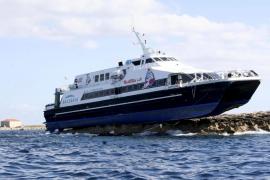 Baleària presenta dos opciones  para reflotar al Maverick Dos del islote de sa Torreta
