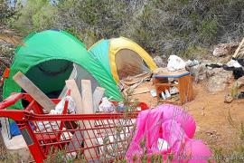 La Policía Local de Sant Antoni desmantela nueve asentamientos ilegales en sa Talaia