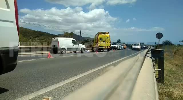 Un motorista muere en un violento choque contra una furgoneta en la carretera de Sant Josep