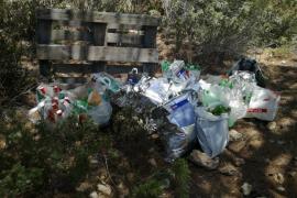 La Policía de Sant Antoni interpone dos denuncias por venta ambulante en Cala Saladeta