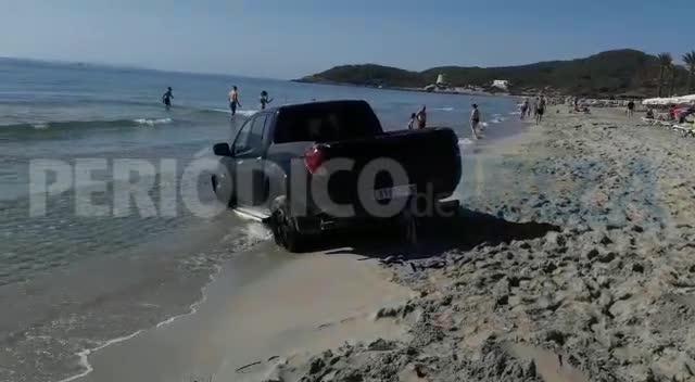 Una pick-up acaba en la orilla de Platja d'en Bossa
