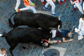 Instante en el que el toro cornea en el brazo a Said Antón Gutiérrez, tendido bajo el toro