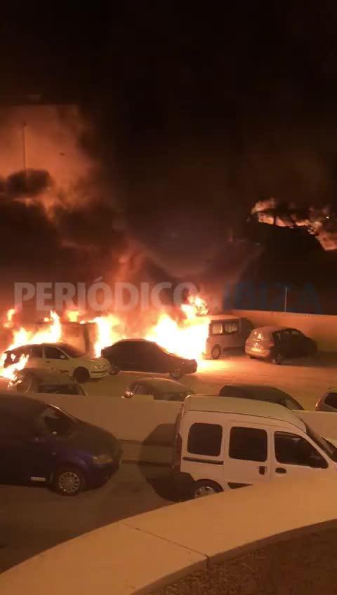 Un pavoroso incendio calcina nueve vehículos en Sant Antoni