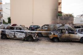 El incendio en un aparcamiento de Sant Antoni, en imágenes (Fotos: T. Planells).