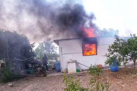Bomberos extinguen un incendio en un garaje de Ibiza que causó dos heridos