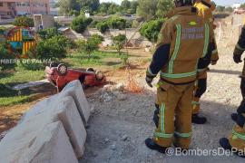 Un vehículo cae por un terraplén en el Arenal