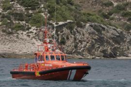 Rescatan a 18 personas de un barco con una vía de agua en es Freus