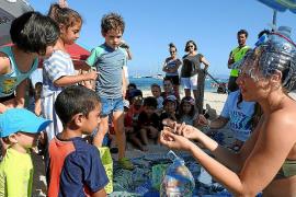 La escuela de verano de Formentera retira microplásticos de Cala Saona