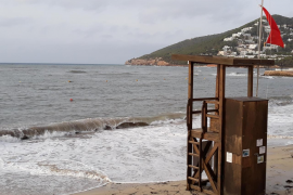Bandera roja en las playas y río de Santa Eulària tras el encallamiento de una embarcación