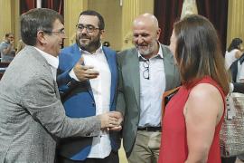 Francesc Antich saluda a Miquel Ensenyat en presencia de Armengol y Vicenç Vidal