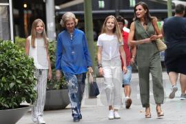 Letizia, junto a sus dos hijas, Leonor y Sofía, y doña Sofía