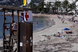 Bandera amarilla en las playas de Santa Eulària que habían sido cerradas por el encallamiento de un barco